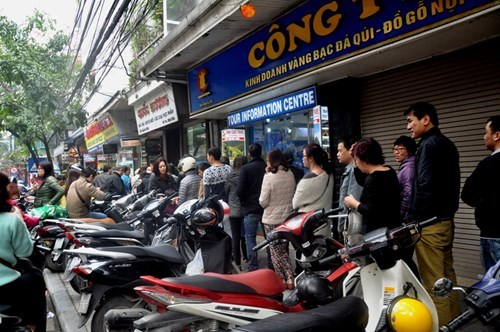 People line up to buy gio cha and banh chung at Quoc Huong shop on Hang Bong Street, Hoan Kiem District, Hanoi on February 16, 2015. Photo: Cam Giang