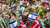 Floral tributes are placed at the site, where a Danish Jew was shot dead as he stood guard at a Jewish confirmation at the weekend, in front of the synagogue in Krystalgade, Copenhagen, February 16, 2015. Photo: Reuters