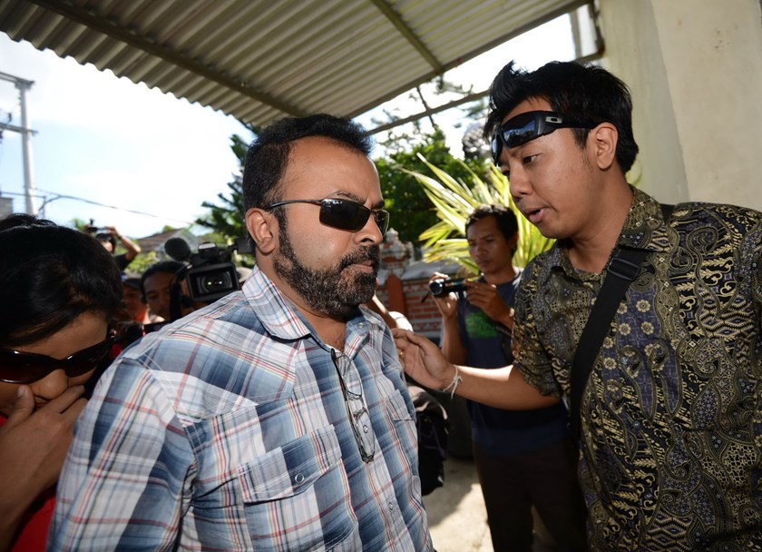 Relatives of Australian on death row, Myuran Sukumaran, arrive to visit him at Kerobokan prison in Denpasar on Bali island on February 17, 2015. Photo: AFP