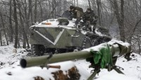 Ukrainian servicemen sit on an Armoured Personnel Carrier (APC) at a checkpoint near the town of Svitlodarsk, Donetsk region, on February 16, 2015. Photo: AFP