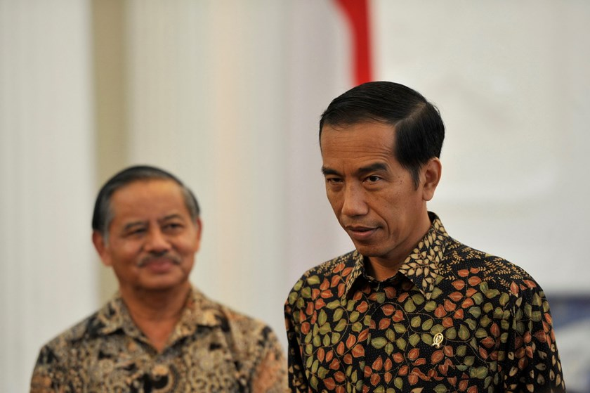 Indonesian President Joko Widodo (R) speaks to journalists as Indonesia's Ambassador to Brazil Toto Riyanto (L) looks on after a meeting to discuss the delay in Brazil's acceptance of the ambassador's credentials, at the palace in Jakarta February 24, 201