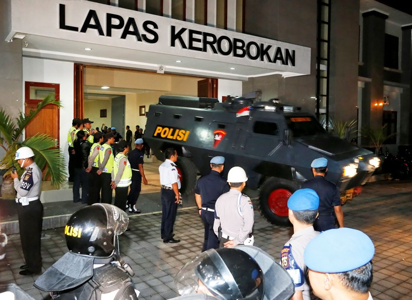 An armored vehicle which is believed to be carrying two Australian death row prisoners Myuran Sukumaran and Andrew Chan, leaves Kerobokan Prison for the airport, in Denpasar, on the Indonesian island of Bali, March 4, 2015.Photo: Reuters