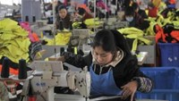 An employee works at a garment factory, which exports products to Europe, in Hefei, Anhui province January 19, 2015. Photo: Reuters