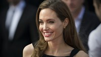 "US actress and humanitarian campaigner Angelina Jolie poses as she arrives for the British premiere of her US actor and fiance Brad Pitt's latest film ""World War Z"" in Leicester Square in central London on June 2, 2013. Photo: AFP"