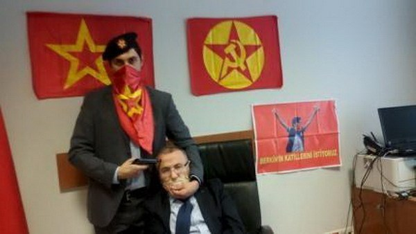 A gunman poses with Prosecutor Mehmet Selim Kiraz with a gun on his head after he was taken hostage in his office in a court house in Istanbul March 31, 2015. Photo: Reuters