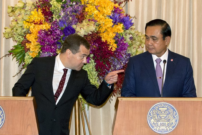 Russia's Prime Minister Dmitry Medvedev (L) speaks with Thailand's Prime Minister Prayuth Chan-ocha (R) during a news conference at the Government House in Bangkok April 8, 2015. Photo: Reuters