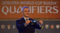 Gordon Savic, head of FIFA World Cup & Olympic Qualifiers displays a draw for Japan during 2018 FIFA World Cup Russia Asian qualifiers preliminary qualification round 2 in Kuala Lumpur on April 14, 2015. Photo: AFP