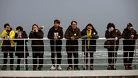 Relatives of victims of the Sewol ferry disaster weep as they stand on the deck of a boat during a visit to the site of the sunken ferry, off the coast of South Korea's southern island of Jindo April 15, 2015. Photo: Reuters