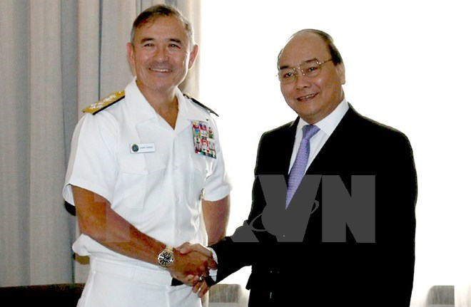 Vietnam's Deputy Prime Minister Nguyen Xuan Phuc (R) shakes hands with Commander of the US Pacific Fleet Admiral Harry B. Harris on April 21. Photo: VNA / Do Quyen