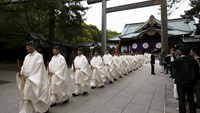 Shinto priests leave from the main shrine after a ritual to cleanse themselves during Annual Spring Festival at the Yasukuni Shrine in Tokyo April 21, 2015. Photo: Reuters