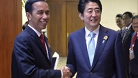 Indonesian President Joko Widodo (L) and Japanese Prime Minister Shinzo Abe shake hands at the start of a bilateral meeting between the two on the side lines of the Asian-African Conference in Jakarta April 22, 2015. Photo: Reuters