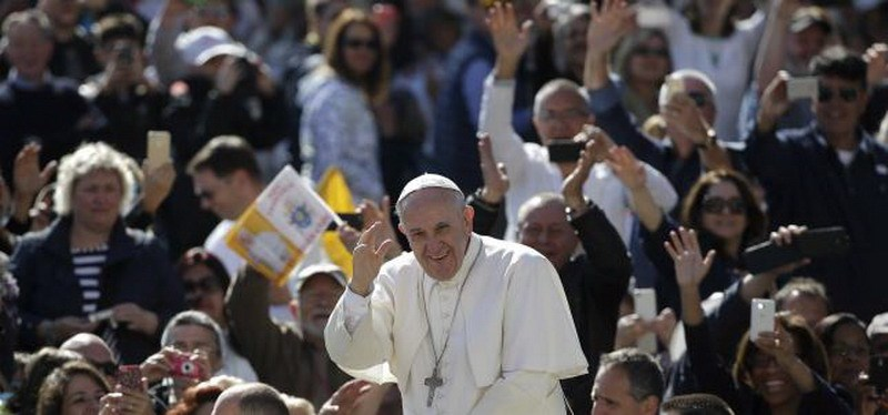 Pope Francis waves as he arrives to lead the weekly audience in Saint Peter's Square at the Vatican April 22, 2015. Photo: Reuters/Max Rossi