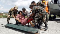 Indian Army soldiers place an injured woman, who was wounded in Saturday's earthquake, on a stretcher after she was evacuated from Trishuli Bazar to the airport in Kathmandu, Nepal, April 27, 2015. Photo: Reuters/Jitendra Prakash