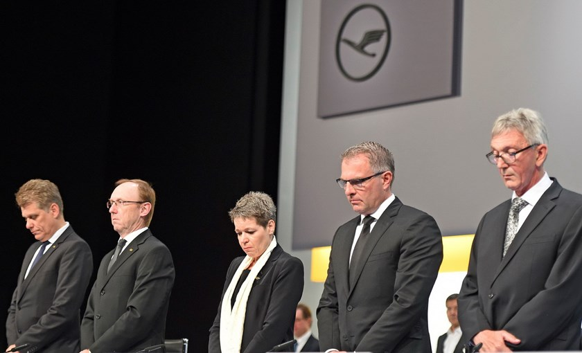 Lufthansa Chief Executive Carsten Spohr (2nd R) and board members observe a minute of silence for the victims of the Germanwings flight 4U9525, which crashed on March 24, 2015, before the annual shareholders meeting in Hamburg, Germany, April 29, 2015. Ph