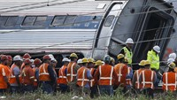Officials meet at the site of a derailed Amtrak train in Philadelphia, Pennsylvania May 13, 2015. Photo: Reuters/Mike Segar