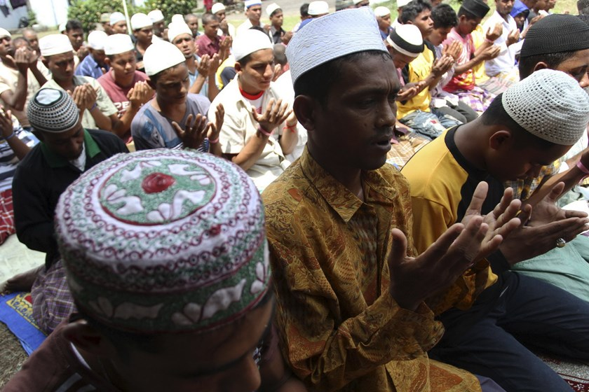 Rohingya and Bangladeshi migrants attend Friday mass prayers at an immigration shelter in Medan, in Indonesia's North Sumatra province May 29, 2015 in this photo taken by Antara Foto. Photo: Reuters/Antara Foto/Irsan Mulyadi