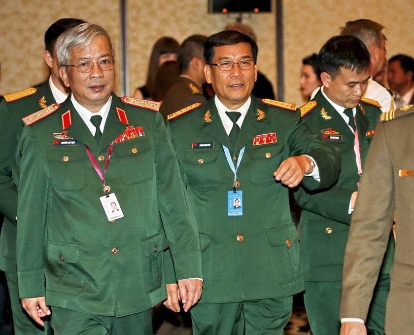 Vietnam's Deputy Defense Minister General Nguyen Chi Vinh (L) arrives for the opening of the International Institute for Strategic Studies (IISS) Shangri-La Dialogue in Singapore May 29, 2015. Photo: Reuters/Edgar Su
