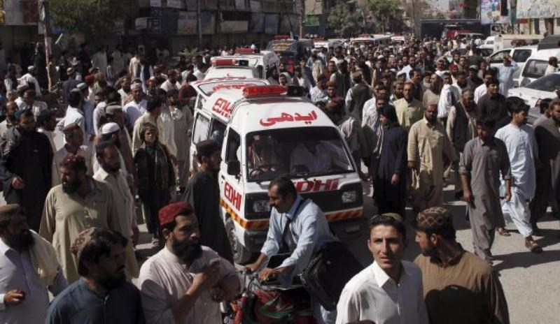 People escort ambulances, carrying victims of an attack on buses, to the hospital in Quetta, Pakistan, May 30, 2015. Photo: Reuters/Naseer Ahmed