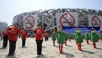 "Performers dance with an anti-smoking gesture, which means ""I do mind"", in front of the National Stadium, also known as the Bird's Nest, during an event to raise awareness for new smoking regulations in Beijing, China, May 31, 2015. Photo: Reuters/Stringe"