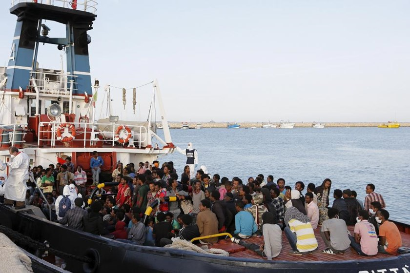 Migrants wait to disembark in the Sicilian harbor of Augusta, Italy, May 30, 2015. Photo: Reuters/Antonio Parrinello