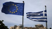 A European Union flag (L) and a Greek national flag flutter as the ancient Parthenon temple is seen in the background in Athens June 1, 2015. Photo: Reuters/Alkis Konstantinidis