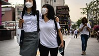 Two women wearing face masks walk on a street in Seoul on June 8, 2015. Photo: AFP/ Ed Jones