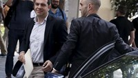 Greek Prime Minister Alexis Tsipras (L) arrives for a meeting of leftist ruling Syriza party's political secretariat at the party's headquarters in Athens, June 9, 2015. Photo: Reuters/Alkis Konstantinidis