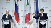 Italian Prime Minister Matteo Renzi (R) gestures during a joint news conference with Russian President Vladimir Putin at the end of a meeting in Milan, northern Italy, June 10, 2015. Photo: Reuters/Flavio Lo Scalzo