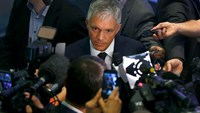 Swiss Attorney General Michael Lauber (C) speaks to media following a news conference in Bern, Switzerland June 17, 2015. Photo: Reuters/Ruben Sprich