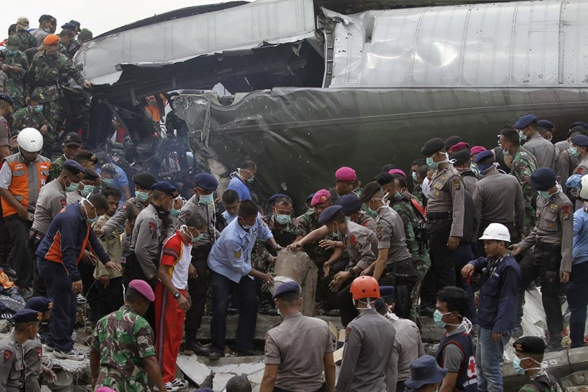 Indonesian security forces and firefighters search through the wreckage of an Indonesian military C-130 Hercules transport plane after it crashed into a residential area in the North Sumatra city of Medan, Indonesia, June 30, 2015. Photo: Reuters/Roni Bintang