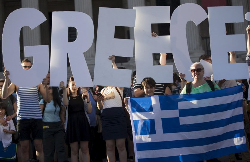 Demonstrators gather to protest against the European Central Bank's handling of Greece's debt repayments in Trafalgar Square in London, Britain June 29, 2015. Photo: Reuters/Neil Hall