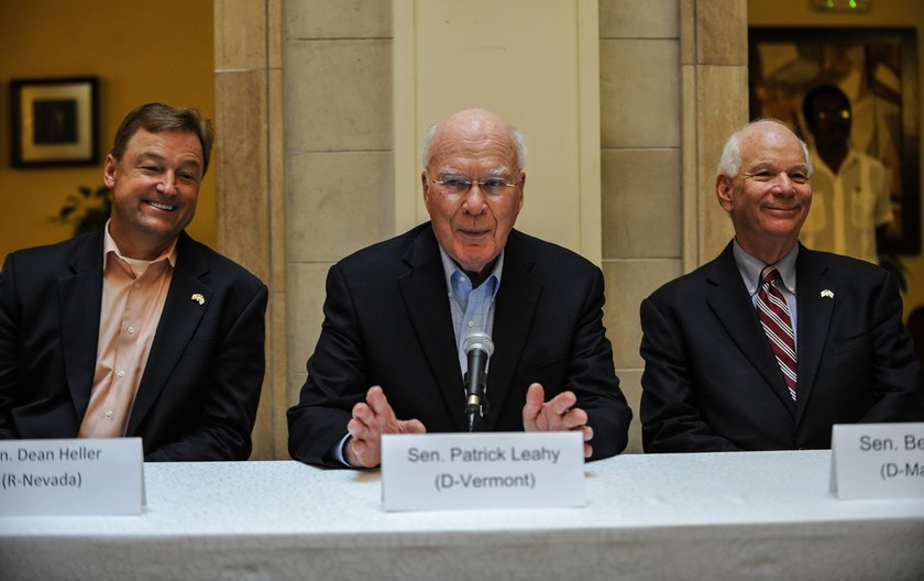 US senator Patrick Leahy (C), from Vermont, speaks during a press conference, next to US senators Dean Heller (L) from Nevada and Ben Cardin (R) from Maryland, in Havana on June 27, 2015. Photo: AFP/Yamil Lage