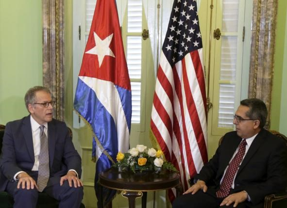 Chief of Mission at the U.S. Interests Section in Havana Jeffrey DeLaurentis (L) talks to Cuba's interim Foreign Minister Marcelino Medina in Havana July 1, 2015. Photo: Reuters/Enrique de la Osa