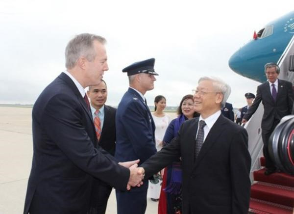 US Ambassador to Vietnam Ted Osius (L) shakes hands with Vietnam's Party General Secretary Nguyen Phu Trong after he arrives at the Andrews military airport in Washington DC at 8 a.m. July 6 (local time). Photo: VNA/Tien Dung