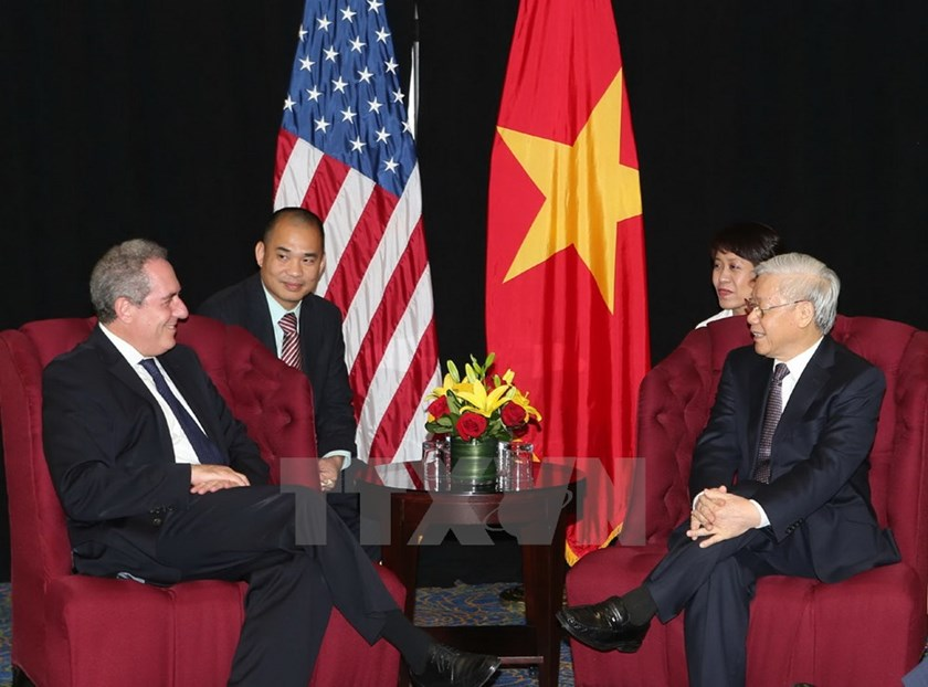 Vietnam's Party General Secretary Nguyen Phu Trong (R) meets US Trade Representative Michael Froman in Washington DC on July 6, 2015. Photo: VNA/Tri Dung