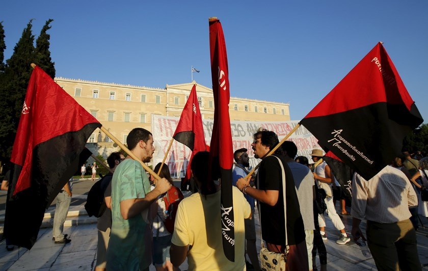 Anti-EU protesters shout slogans and hold flags during a demonstration in front of the parliament building in Athens, Greece, July 13, 2015. Photo: Reuters/Jean-Paul Pelissier