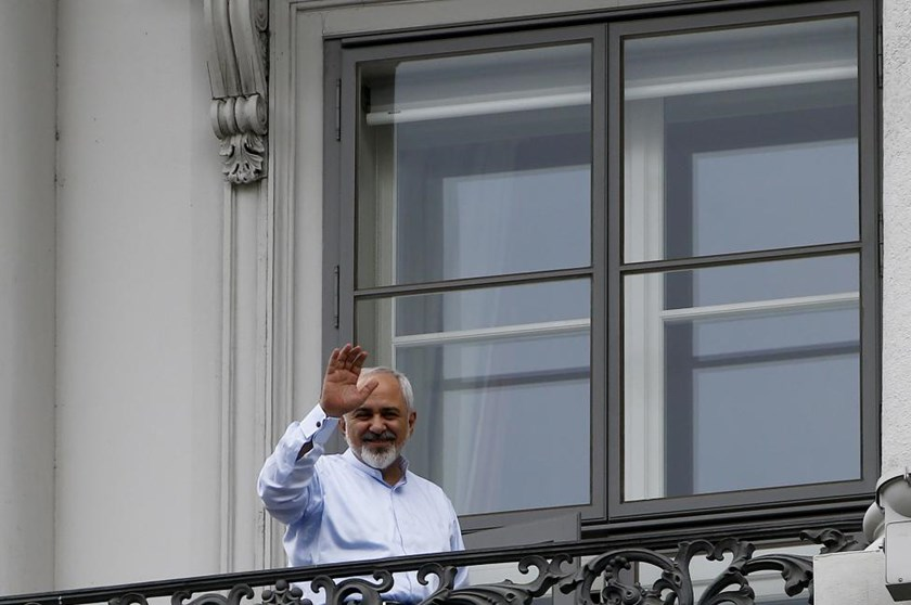 Iranian Foreign Minister Javad Zarif waves from the balcony of Palais Coburg, the venue for nuclear talks, in Vienna, Austria, July 13, 2015. Photo: Reuters/Leonhard Foeger