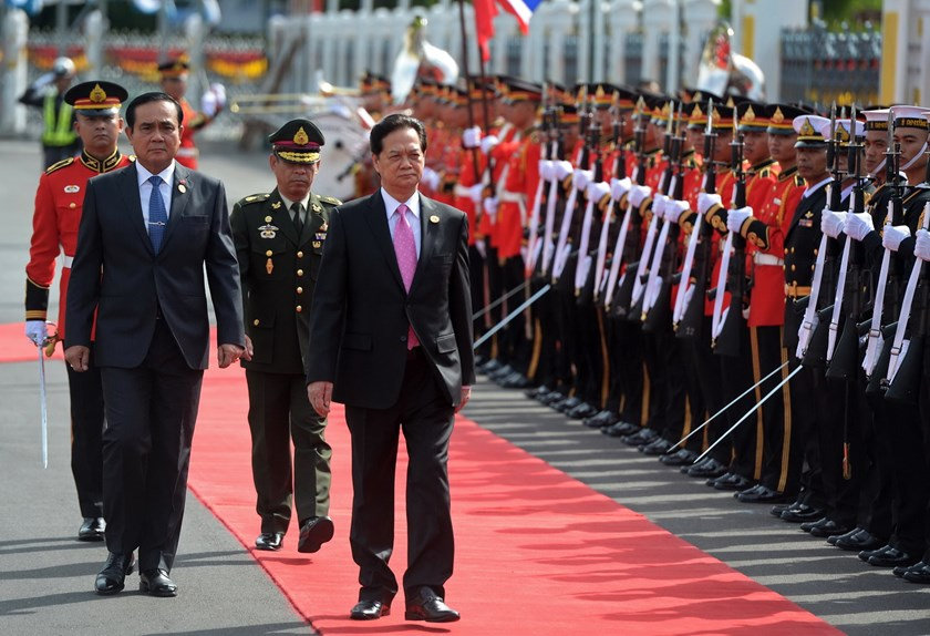 Thai Prime Minister Prayut Chan-O-cha (L) walks with Vietnamese Prime Minister Nguyen Tan Dung (front R) as they review the guard of honor during a welcoming ceremony at Government House in Bangkok on July 23, 2015. Photo: AFP/Pornchai Kittiwongsakul