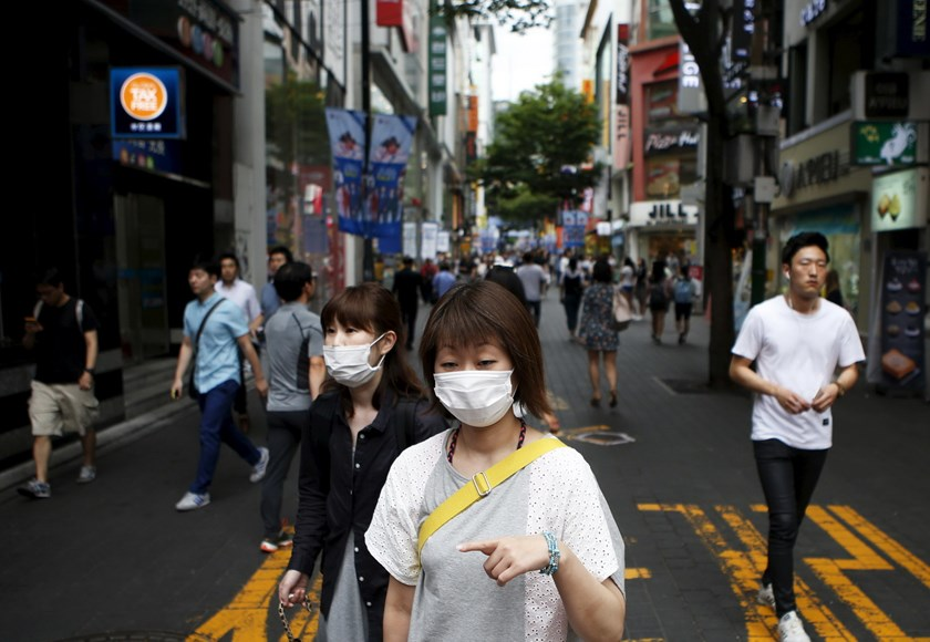 Women wearing masks to prevent contracting Middle East Respiratory Syndrome walk at Myeongdong shopping district in central Seoul, South Korea, July 9, 2015. Photo: AFP/Kim Hong-Ji