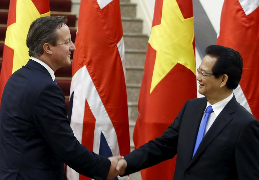 Britain's Prime Minister David Cameron (L) shakes hands with Vietnam's Prime Minister Nguyen Tan Dung after a news conference at the Government Office in Hanoi July 29, 2015. Photo: Reuters/Kham