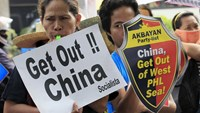 Protesters make noise during a rally regarding the disputed islands in the South China Sea, in front of the Chinese Consulate in Makati city, metro Manila July 24, 2015. Photo: Reuters/Romeo Ranoco