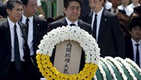 Japan's Prime Minister Shinzo Abe offers a flower wreath for the victims of the 1945 atomic bombing, during a ceremony commemorating the 70th anniversary of the bombing of the city at Nagasaki's Peace Park in western Japan, August 9, 2015. Photo: Reuters/Toru Hanai