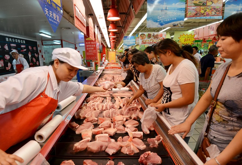 Customers shop for pork at a supermarket in Fuyang, Anhui province, August 9, 2015. Producer prices in China fell to a near six-year low in July while consumer inflation remained subdued, signaling the world's second-largest economy was still facing deflationary pressures and that Beijing has room to further support the sluggish economy. Photo: Reuters/Stringer