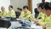 South Korean President Park Geun-Hye (C) presides over an emergency National Security Council session on North Korea's rocket firing at the presidential Blue House in Seoul on August 20, 2015. Photo: AFP/Yonhap