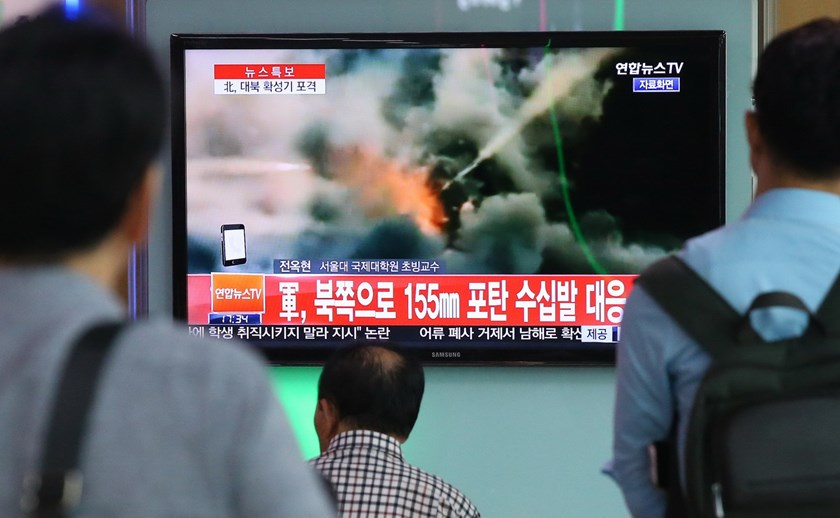 People watch television news reporting on North Korea's rocket firing, at a railway station in Seoul on August 20, 2015. Photo: AFP/Yonhap