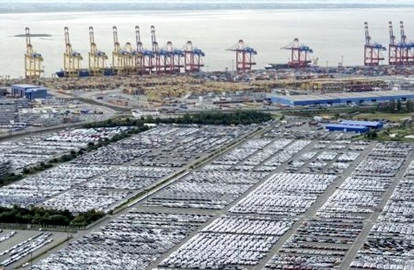 Cars for export stand in shipping terminal at harbor in Bremerhaven. Photo: Reuters