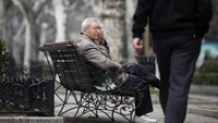An elderly man sits at a park in Shanghai March 16, 2012. Photo: Reuters/Carlos Barria