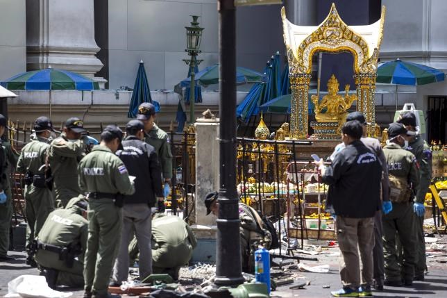 Experts investigate the Erawan shrine at the site of a deadly blast in central Bangkok, Thailand, August 18, 2015. Photo: Reuters/Athit Perawongmetha