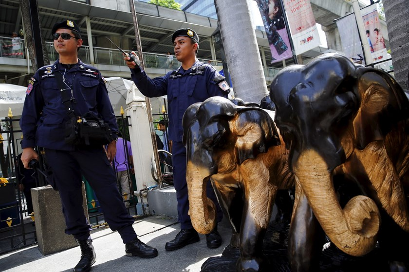 Thai police stand guard at Erawan Shrine, the site of the recent bomb blast, in Bangkok August 30, 2015. Photo: Reuters/Jorge Silva