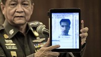 Thailand's national police spokesman Prawut Thavornsiri holds a tablet displaying a picture of Ahmet Bozaglan, a foreign man wanted by the police, at the police headquarters in central Bangkok on September 1, 2015. Photo: AFP/Nicolas Asfouri